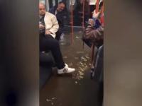 Imagini ireale cu un autobuz STB inundat în timpul furtunii din Capitală. Reacția călătorilor