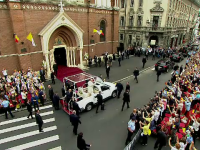 Papa Francisc a salutat mulțimea din București, din Papamobil