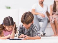 Zile libere și indemnizație de până la 193 de lei pentru părinții care stau acasă să își supravegheze copiii