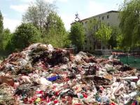 Mormane de gunoaie zac aruncate într-un cimitir din Brașov. Oamenii sunt revoltați de mirosul greu