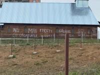 Mesaje scrise pe pereţii unei biserici, împotriva transmiterii slujbelor religioase la boxe, cu volum ridicat