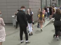 """Statul la coadă, noul """"sport național"""" în România. Aglomerația s-a mutat în stradă, în fața magazinelor"""