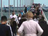 Plaja și pasarela din Mamaia, pline de turiști. Cum s-au distrat românii la malul mării