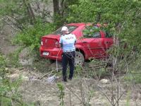 Doi bucureșteni au fost la un pas de moarte după ce au căzut cu mașina într-o râpă