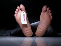 Un cadavru al unui bărbat care ar fi murit din cauza Covid-19 a fost lăsat 30 de ore pe stradă. Oamenii jucau fotbal lângă el