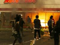 Au devastat magazine și au atacat secția de poliție. Revoltă în SUA după uciderea unui bărbat de culoare