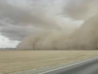 Autostradă din China, înghițită de o furtună de nisip. Ce au făcut șoferii. VIDEO