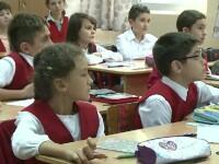 Uniforma școlară ar putea deveni obligatorie. Cum îi poate ajuta acest lucru pe elevi