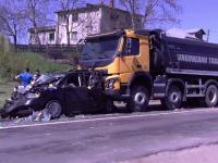 Accident în lanț pe o șosea din Iași. O mașină prinsă între două camioane, alta lovită de sticle de bere