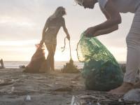 Zeci de mii de gunoaie, aruncate pe plajă de turiști, în fiecare an. Apelul voluntarilor de mediu
