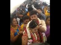 Imaginile care fac înconjurul lumii și stârnesc furie. Doi indieni au organizat o nuntă într-un avion, fără restricții