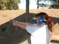 Politistii comunitari din Timisoara invata sa traga cu arma!