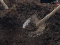 Ingropati de vii! Drama oamenilor care traiesc in gropile din cimitire