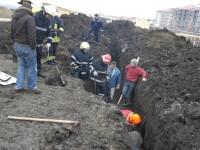 Trei muncitori au fost prinsi sub un mal de pamant. Doi dintre ei nu au mai putut fi salvati