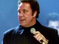 Tom Jones canta la coltul strazii!