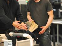 Keanu Reeves, intr-o stare deplorabila! Descaltat pe aeroport