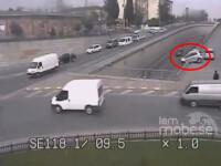 VIDEO socant. O soferita se sperie dupa un accident minor si plonjeaza cu masina intr-un pasaj
