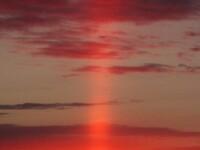 FOTO. Fenomenul straniu surprins de un fotograf amator: raza de lumina rosie care coboara din cer