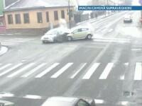 VIDEO. O soferita de 71 de ani din Cluj intra in plin intr-un taxi, dupa ce trece pe
