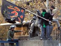 Sute de iranieni au atacat ambasada Marii Britanii din Teheran.