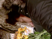 Mii de oameni s-au inchinat la racla cu moastele Sf. Nectarie, vindecatorul de cancer