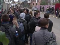 In Bacau, profesorii sunt pusi de paza la poarta scolii. \