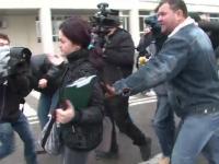Muncitorii de la Arpechim au bruscat-o pe femeia care venise ca executor judecatoresc. VIDEO