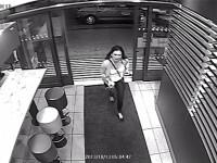 Ipostaza in care a fost filmata o femeie de camera de supraveghere de la McDonald's, la 5 dimineata