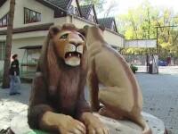 Scandal la Gradina Zoologica din Targu Mures. Vizitatorii au ramas cu gurile cascate cand au vazut cum arata statuile-simbol