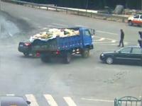 Imagini camera de supraveghere. Un barbat a scapat ca prin minune dupa ce doua masini s-au ciocnit intr-o intersectie