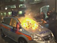 A doua noapte de proteste violente pe strazile Londrei. Manifestantii au incendiat o masina a politiei