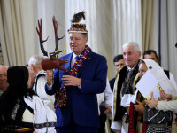 Iohannis a decorat mesteri populari, la Cotroceni. Presedintele a primit un clop, un cap de cerb de colindat si traistute