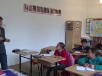 Profesoarele care au ales sa strabata si 75 de kilometri zilnic pentru a preda la tara. Ce beneficii le ofera catedra la sate