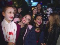 Zeci de copii din Capitala au mers la colindat de Halloween.