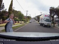 Momentul in care o fetita traverseaza strada cu castile in urechi si este la un pas sa fie lovita de masina. Ce a patit.VIDEO