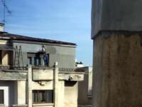 Renovare extrema, in Bucuresti. Un barbat s-a catarat pe marginea balconului de la ultimul etaj ca sa tencuiasca