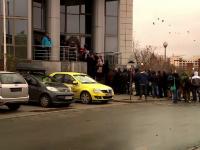 Romania, tara in care iti iei concediu ca sa iti inmatriculezi masina. Cazul tanarului care a stat la coada de la 2 noaptea