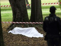 Transsexual român găsit mort, cu un cuțit înfipt în piept, într-un parc din Roma