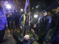 Proteste în București și în țară. Un bărbat, amendat după ce a aruncat cu hârtie igienică în sediul PSD
