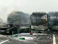 Carambol cu 30 de mașini pe o autostradă din China. 18 oameni au murit