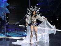 Cum a reacționat un model Victoria's Secret, după ce s-a împiedicat pe podium. VIDEO