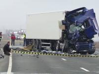 Un TIR a izbit un autobuz, pe DN1. Unul dintre șoferi a fost transportat la spital