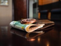 Dispar banii. Țara care a introdus bancnotele în Europa, în 1661, renunță la cash