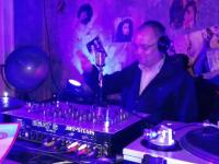 """Emil Boc, filmat în timp ce mixează piesa """"Like a virgin"""" într-un club din Cluj. VIDEO"""