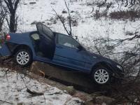 O mașină în care se aflau patru persoane, printre care doi copii, a intrat într-un cap de pod, în Dolj