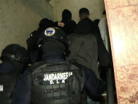Cinci persoane ridicate de acasă de polițiștii clujeni. De ce sunt acuzate