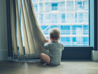 Un copil de 2 ani a murit, după ce a căzut de la etaj. Ce făcea mama lui în acel moment