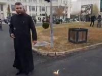 Momentul în care un preot își dă foc în fața Catedralei Neamului. VIDEO