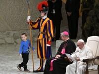 Un copil și-a făcut apariția pe scenă în timpul unui discurs susținut de Papa Francisc. Reacția Suveranului Pontif