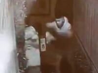 Momentul în care o bătrână de 80 de ani este tâlhărită în apropierea casei. VIDEO